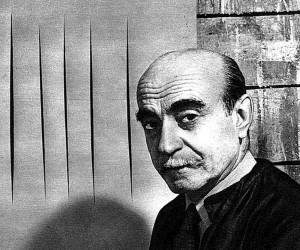 L'artista Lucio Fontana davanti alla sua opera