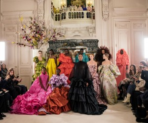 Maison Valentino porta in scena la poetica della perfezione e del romanticismo