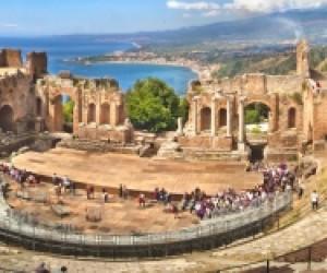 Taormina, un suggestivo e unico scenario decantato da storici autori